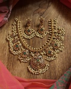Shop the Most Beautiful Antique Kundan Jewelry Here South India Jewels Indian Jewelry Sets, Indian Wedding Jewelry, Bridal Jewelry, Indian Bridal, India Jewelry, Jewelry Design Earrings, Gold Jewellery Design, Diamond Jewellery, Gold Jewelry