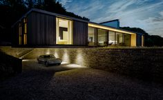 in swanage, a coastal town in south east england, ström architects has replaced an aging 1910s bungalow with a contemporary single-storey home.