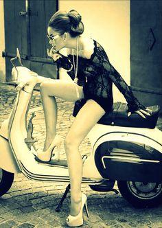 Vespa Club Cascina (@vespacascina) | Twitter Vespa Motor Scooters, Lambretta Scooter, Scooter Motorcycle, Motorcycle Girls, Triumph Motorcycles, Vintage Motorcycles, Vintage Vespa, Vespa Girl, Scooter Girl