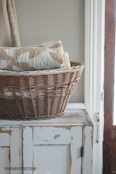 FARMHOUSE Quilts in a basket - looks like they just came off the clothesline Sunroom Furniture, Wicker Furniture, Estilo Country, Country Chic, French Country, Farmhouse Chic, Farmhouse Kitchens, Farmhouse Design, Country Farmhouse