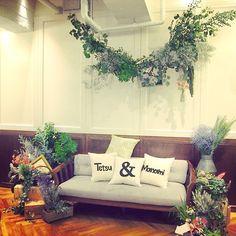 「披露宴」や「二次会」でゲストとの距離をもっと近く♡《高砂ソファー》のアイディアをチェック! | ZQN♡ Sofa, Couch, Love Design, Wedding Images, Green Wedding, House Party, Flower Designs, Photo Booth, Display