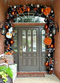 Halloween is fast approaching. Here is a round up of some of the best Halloween door decorations to inspire you for this fun holiday! Spooky Halloween, Entree Halloween, Halloween Veranda, Outdoor Halloween, Holidays Halloween, Halloween Crafts, Happy Halloween, Halloween Wreaths, Halloween Pumpkins