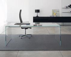 Moderne conceptuele houten kantoor of thuis bureau tafel met