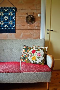 Lovely fabric on that vintage sofa! Decor, Furniture, Retro Home Decor, Home Decor Inspiration, Interior Inspiration, Vintage Sofa, Home Decor, House Interior, Home And Living