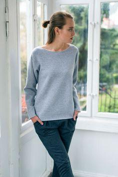 """<p>Sztandarowa bluza damska bez nadruku marki GAU great as You w kolorze szarego melanżu. Szara bluza to """"must have"""" w szafie każdej dziewczyny, kobiety uwielbiającej modę. Pasuje niemal do wszystkiego, jest zestawiana ze spodniami, dżinsami, szortami i spódnicami różnego kroju i różnej długości. Szara bluza damska fajnie wygląda na wakacyjnym wypadzie nad morze. Po południu nosisz ją lekko przewiązaną na szyi opuszczoną na plecach, do tego masz białą koszulkę i szorty. Kiedy ..."""