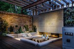 Outdoor Lounge mit eingelassenem Sitzbereich und Kamin