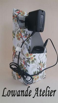 Suporte para carregador de celular feito com caixa de leite.