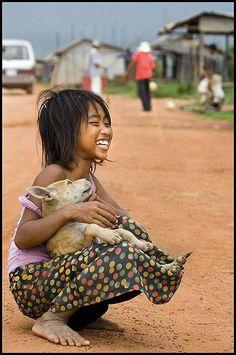 微笑的年輕女孩與狗: