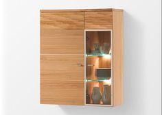 Der schöne Hänger der Reihe Madea ist in Kernbuche gehalten und hat eine perfekt passende und aufhellende Glastür hinter der 2 Glaseinlegenböden sind, die optional beleuchtet werden können. die obere Frontpartie ist schroppgehobelt, das verleiht dem Hänger einen leichten rustikalen Touch und eine wunderbare Struktur, klasse Optik. Madea attraktive, moderne Möbel in Kernbuche für Ihr …