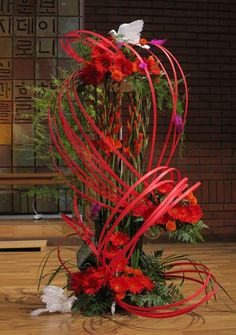 Creative Pentecost flower display - like the paper streams of 'fire' Purple Flower Arrangements, Contemporary Flower Arrangements, Creative Flower Arrangements, Floral Bouquets, Purple Flowers, Colorful Flowers, Fire Flower, Flower Show, Flower Art