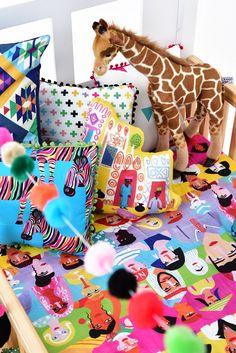Quarto de criança com o colorido da roupa de cama @amomooui. Objetos decorativos @mimootoysndolls. #mooui #decoração #quartodemenina #quartodemenino #quartodebebe #arquitetura #roupadecama #colorido #detalhe #menina #menino #decoration #girlsroom #boysroom #home #archilovers #detail #color #decor #modern #beautiful #nursery