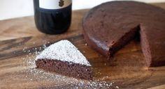 What's better than chocolate paired with wine? This Red Wine Chocolate cake has an intense aroma and unique flavor. Sweets Recipes, Just Desserts, Wine Recipes, Delicious Desserts, Yummy Food, Yummy Yummy, Tasty, Nutella, Red Wine Chocolate Cake