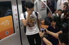 в метро Пекина гей предложил руку и серде