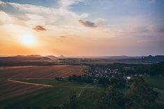 """""""Die Schatten werden länger und das letzte Tageslicht taucht die Landschaft in wohltuende Wärme. Mein Blick gleitet von den Schrammsteinen über Gohrisch & Co. im Westen, die beiden Zschirnsteine im Süden bis hinüber ins Böhmische. Der Zirkelstein ist ein 360°-Panoramaberg…"""" . . Die ganze Story jetzt im Blog. . . #wanderlust #hiking #hikingtrails #wandern #earthpics #naturelover #weroamgermany #bloggerde #saxony #saechsischeschweiz #badschandau #zirkelstein #visitgermany"""