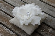 Ringkissen aus groben Stoff mit eleganter Stoff-Blume. Eine tolle Kombination #weddstyle