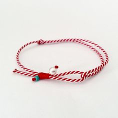 ~Μαρτάκι με με πετρούλες mother of pearl και χαολίτη. ~Το μέγεθος ρυθμίζεται από τον κόμπο και είναι αυξομειούμενο, κατάλληλο για κάθε καρπό. Handmade Jewelry Tutorials, Handmade Bracelets, Diy Jewelry, Jewelry Making, Arm Party, Macrame Bracelets, Friendship Bracelets, March, Just For You