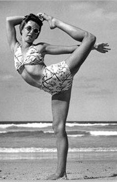 Vintage-Yoga-Photo-1940s-on-the-beach-e1435174650682.jpg (321×500)