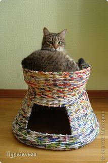 Starting newspaper weaving tutorial AND instructions for making this cat basket. Newspaper Basket, Newspaper Crafts, Recycled Magazines, Old Magazines, Cat Basket, Magazine Crafts, Paper Weaving, Diy Décoration, Cat Furniture