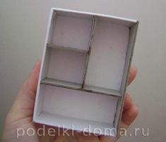 Кукольный домик из картона. Делаем своими руками для любимых кукол | podelki-doma.ru Cube, Barbie, Diy, Home Decor, Carton Box, Bricolage, Room Decor, Do It Yourself