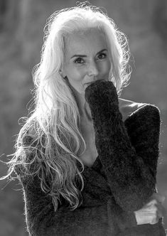 Old International Model, Yazemeenah Rossi, Is Proof That Aging Means Active And Beautiful Long Gray Hair, Silver Grey Hair, Grey Hair Model, Yasmina Rossi, Beautiful Old Woman, Corte Y Color, Ageless Beauty, Aging Gracefully, Her Hair