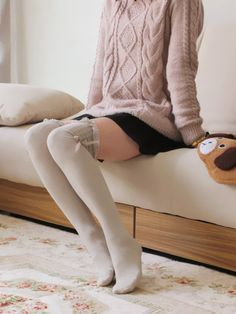 Casual, gyaru: Dusty pink, long, cable knitted sweater. Black skirt. Light gray, thigh-high socks with bow.