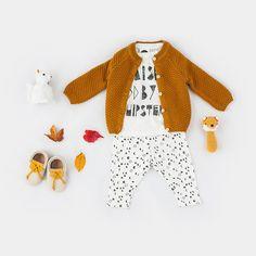 Look • Tee shirt Raised by hipster et Legging imprimé lunes et étoiles Sproet&Sprout • Gilet en coton et cachemire Le Petit Germain
