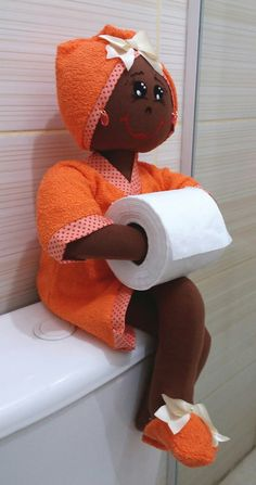 Bonecas organizadoras de lavabo morena  Valor de cada uma R$85,00 ou R$200,00 o trio  Boneca porta Papel higienico - Porta toalhas e Porta cotonetes  Em algodão e atoalhado! Cute Crafts, Felt Crafts, Fabric Crafts, Diy Crafts, Toilet Paper Dispenser, Toilet Paper Roll Holder, Fabric Dolls, Paper Dolls, Orange Bathroom Accessories