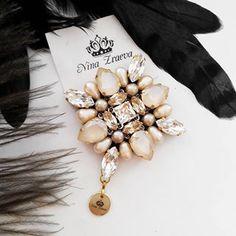 Брошь в наличии! В работе использован натуральный жемчуг. ❗ПРОДАНО❗ #брошь#колье#сваровски#жемчуг#украшения#ручнаяработа#handmade#swarovski Tambour Embroidery, Bead Embroidery Patterns, Embroidery Jewelry, Hand Embroidery, Embroidery Designs, Soldering Jewelry, Diy Jewelry, Beaded Jewelry, Handmade Jewelry