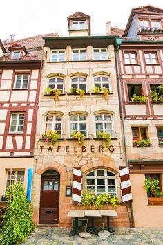Eén van de oudste straten van #Neurenberg, die tijdens de Tweede Wereldoorlog niet beschadigd is geraakt, is de #Weißgerbergasse.