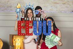 Photocall EEUU: ¡Un viaje con los yanquis! - Christmas Ornaments, Holiday Decor, Grande, Diy Photo Booth, Marcos Para Fiestas, Honeymoons, Wonderland, Wedding Band Rings, Political Freedom