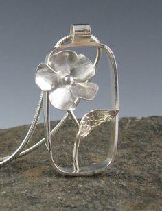 Sterling zilveren rechthoekige bloem hanger door annewalkerjewelry