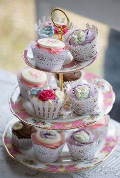 Vintage Wedding Cupcake Tower #weddingcupcakes #cupcaketower #weddingdesserts #vintagewedding