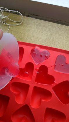 Een super lekker ruikende DIY van Bengelz op je bruiloft namelijk: Zeepjes Maken. Leuk voor de kids, en misschien ook wel voor jou. https://bengelzopjebruiloft.wordpress.com/2015/02/24/diy-zelf-zeepjes-en-zeepketting-maken/