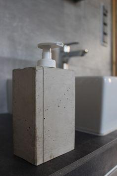 Simple Der Seifenspender ueindustriestyle uc mit seiner individuellen Betonstruktur wurde in Handarbeit gefertigt Die Oberseite