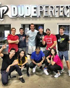 + Becky y sus compañeros de la película hoy para un vídeo de entrenamiento con Dude Perfect, el cual saldrá pronto.