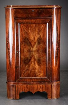 Een Biedermeier mahoniehouten encoignure - Noord Europa - midden 19e eeuw
