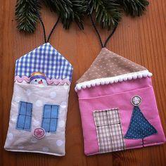 Kleine genähte Häuser in denen man Süßigkeiten oder kleine Geschenke verstecken kann. Die waren mir jetzt öfters im Internet bzw. Zeitschriften begegnet und das probier ich dann natürlich gleich aus.  Christmas ornaments. Sewn houses with a pocket for sweets or little gifts.  #nähen #genäht #sewing #sew #sy #coser #stoffhaus #ornament #christmasornament #stoffreste #fabricleftovers #cute #niedlich #handmade #handmadewithlove #diy #bastelladen #neubrandenburg #weihnachten #adventskalender…