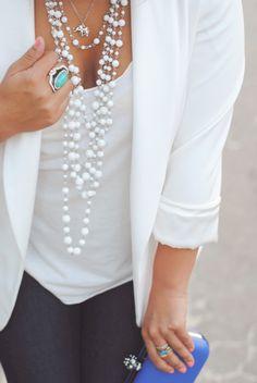 Blazer blanco, blusa blanca, collar blanco