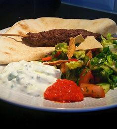 Kebabspett med fatoush och tzatsiki New Year Menu, Zeina, Lebanese Recipes, Ground Meat, Beef Dishes, Falafel, Food Pictures, Paleo Recipes, Clean Eating