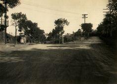 1930 - Rua Doutor Zuquim (à esquerda) esquina com rua Dr. Artur Guimarães no Tucuruvi. Obras de pavimentação da Estrada da Cantareira, continuação natural da rua Dr. Zuquim, vista em direção ao bairro de Santana.