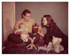 Singer/actress Barbara Rush with actor husband Jeffery Hunter and their son Chris - 1952 Old Hollywood Actors, Vintage Hollywood, Hollywood Stars, Old Movie Stars, Classic Movie Stars, Famous Couples, Famous Women, Famous People, Barbara Rush