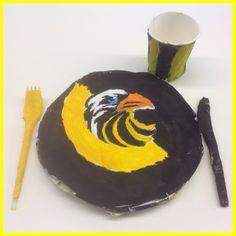 Opdracht 2GT handvaardigheid: Tafeltje Dekje. Materiaal: papieren bord en beker, plastic bestek, papier maché, papydur, verf, aanvullend decoratie materiaal. Schooljaar 16-17.