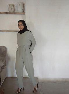 Modest Fashion Hijab, Hijab Chic, Mode Outfits, Chic Outfits, Metallic Pleated Skirt, Muslim Women Fashion, Dressing Sense, Modest Wear, Ideias Fashion