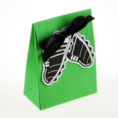 Bolsitas decoradas para dulces fútbol color verde x10 unidades para 30 g con etiquetas muy originales en tres modelos para elegir, balón, botines o uniforme.