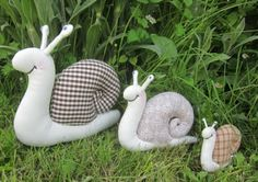 Family of snail pin cushions Felt Crafts, Fabric Crafts, Sewing Crafts, Sewing Projects, Fabric Animals, Fabric Toys, Couture Sewing, Sewing Dolls, Stuffed Animal Patterns