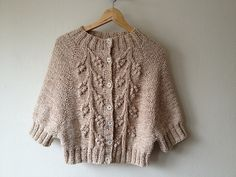 Ravelry: Project Gallery For Clara Patte - Diy Crafts - bobcik Knitted Baby Cardigan, Cardigan Pattern, Knitting Socks, Baby Knitting, Knit Fashion, Knit Or Crochet, Knitting Designs, Knitwear, Knitting Patterns