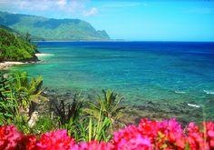 Hawai Bahía de Hanelei, Kauai: Es la más grande de Kauai y posee unas condiciones naturales sencillamente perfectas fracias a su impresionante entorno paisajístico de cascadas, acantilados, altas y verdes montañas además de una larguísima playa desde donde se aprecian los preciosos arrecifes de coral.