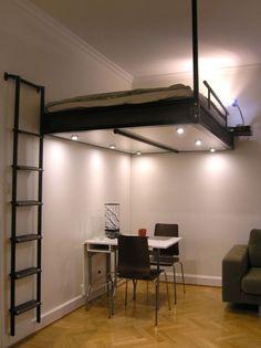 Идеальное решение для малогабаритной квартиры может стать кровать под потолком.