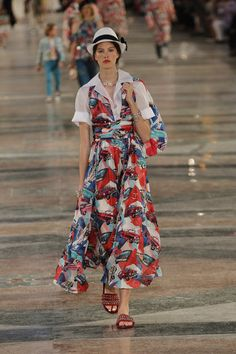 See the complete Chanel Resort 2017 collection.