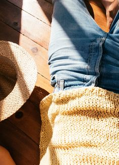 Rosa Copado for We Are Knitters. La fotógrafa reinterpreta algunos de nuestros básicos con su cámara y a través de un espejo.   Kit de tejer Algodón Pima Gargano Top